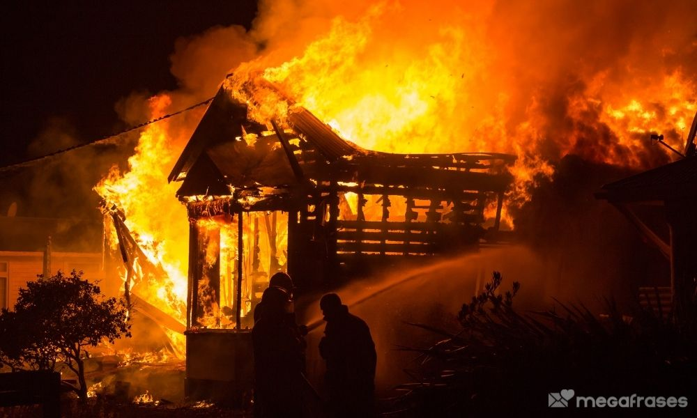 sonhar-com-casa-velha-pegando-fogo